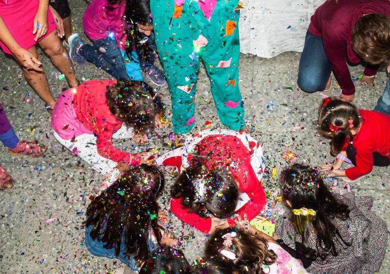 Niños_jugando_en_piñata
